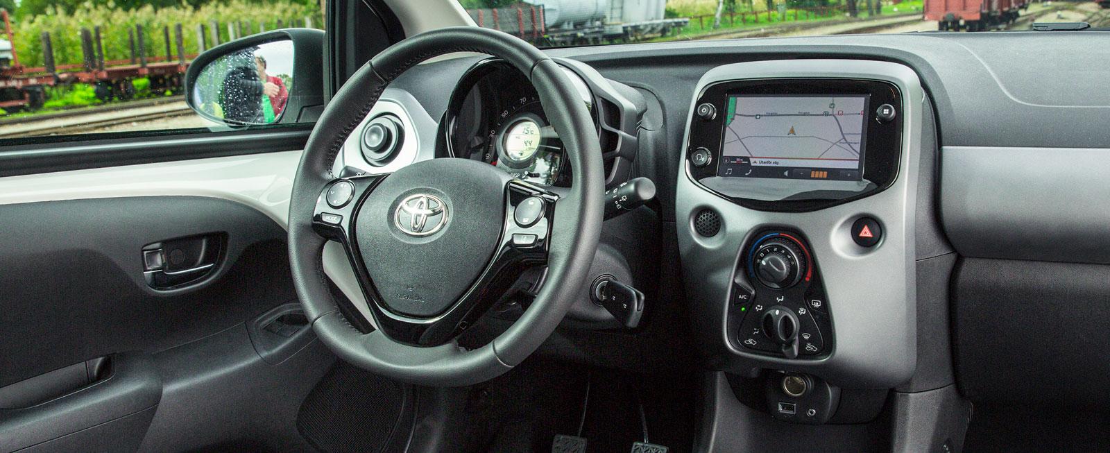 Toyota har försökt pigga upp förarmiljön med en del udda lösningar. Några fungerar bra, andra mindre bra. Förarstolen överraskar dock positivt.