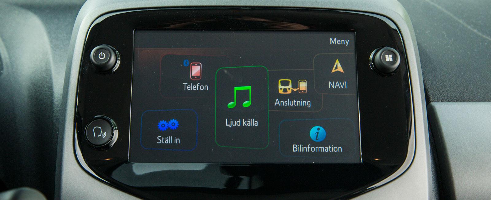 Toyota har tänkt till och den nya medieanläggningen är betydligt mer användarvändlig än tidigare system. Plus för den lättskötta navigatorn, som   ingår i priset.