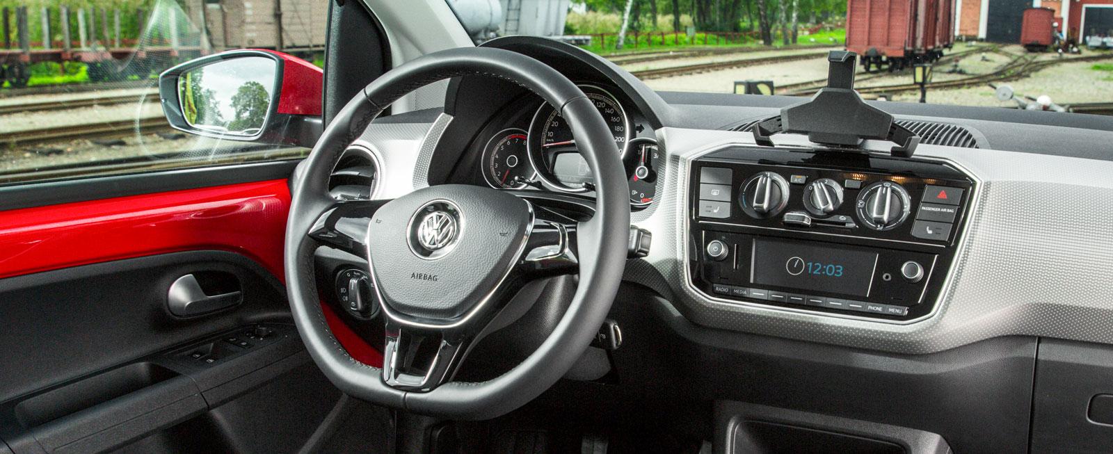 VW:s förarmiljö är tyskt funktionell och upplevs som luftigare än konkurrenternas. Manicken högst uppe på panelen är ett fäste för mobiltelefonen.