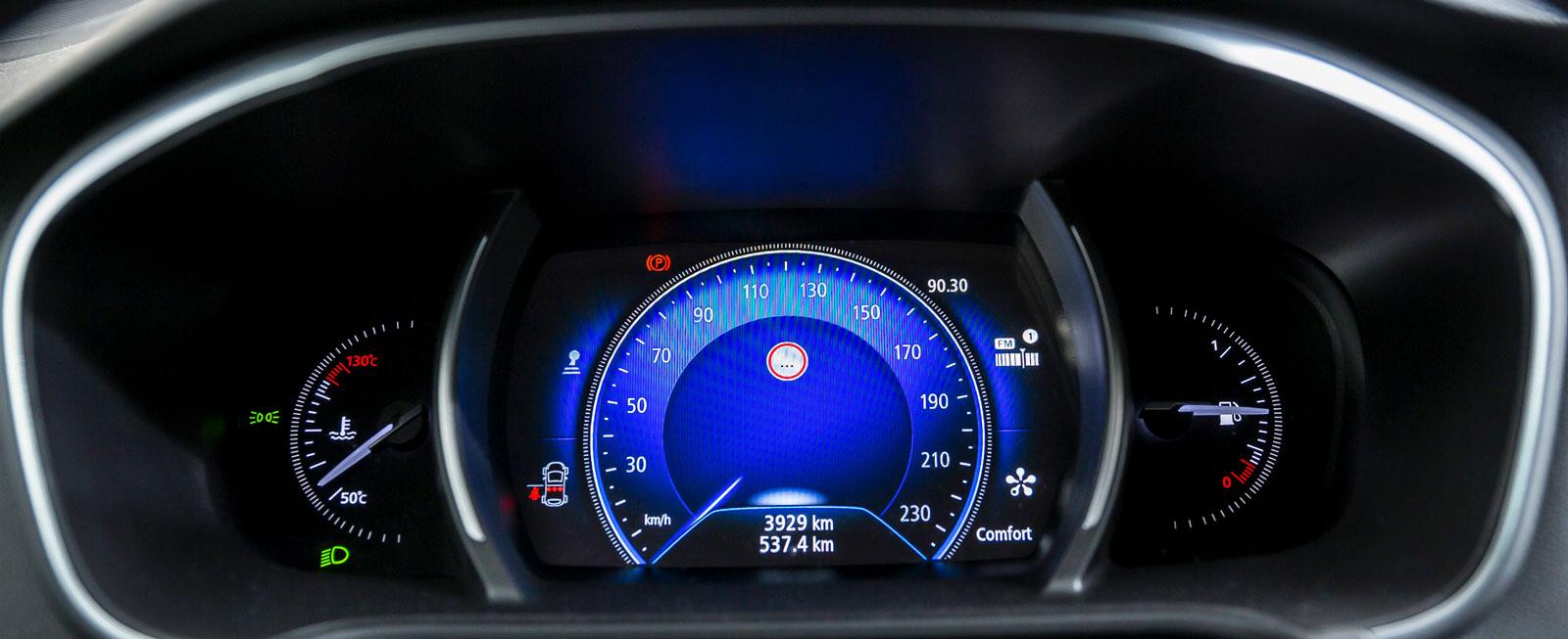 På bilden lyser Renaults hastighetsmätare vackert blå. Man kan även att välja andra färger och annan instrumentlayout.