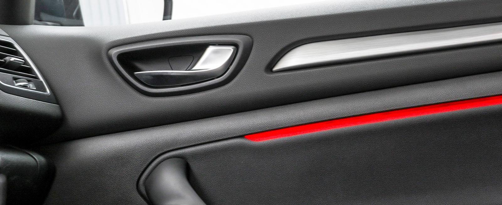 När föraren skiftar mellan de fyra olika körprogrammen byter även inredningens ljusdekor färg. Finessen är standard på utrustningsnivå Bose, som kostar 24000 kronor extra.