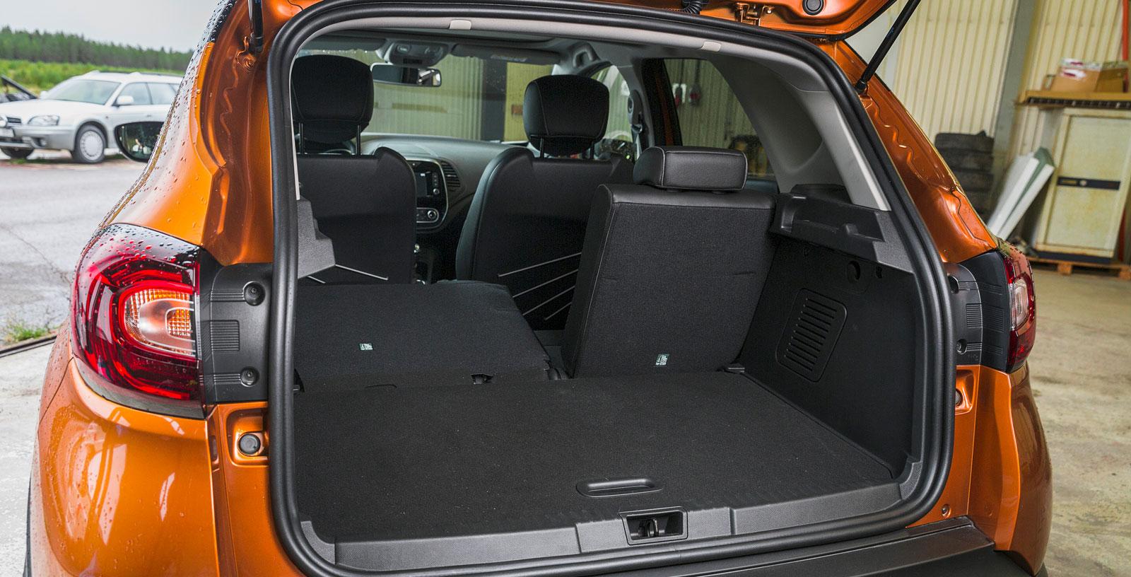 """Även Renault har ett skjutbart baksäte, som dessutom är standard. Men det är inte delbart, utan hela sittdynan följer med när sätet skjuts framåt. En enklare och mindre flexibel lösning än i Opel. Ryggstödet är delbart i förhållandet 60/40 och lastgolvet har, precis som Opel, två """"våningar"""". Dubbla kasskrokar finns."""