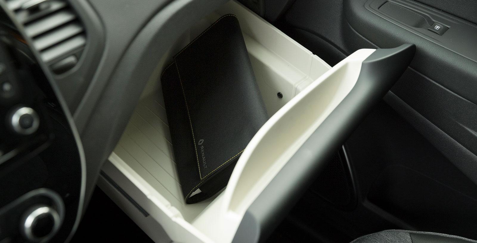 Ett Renault-reglage som varit med länge. Ljudanläggningen manövreras via ett antal knappar på en klump till höger på rattstången.