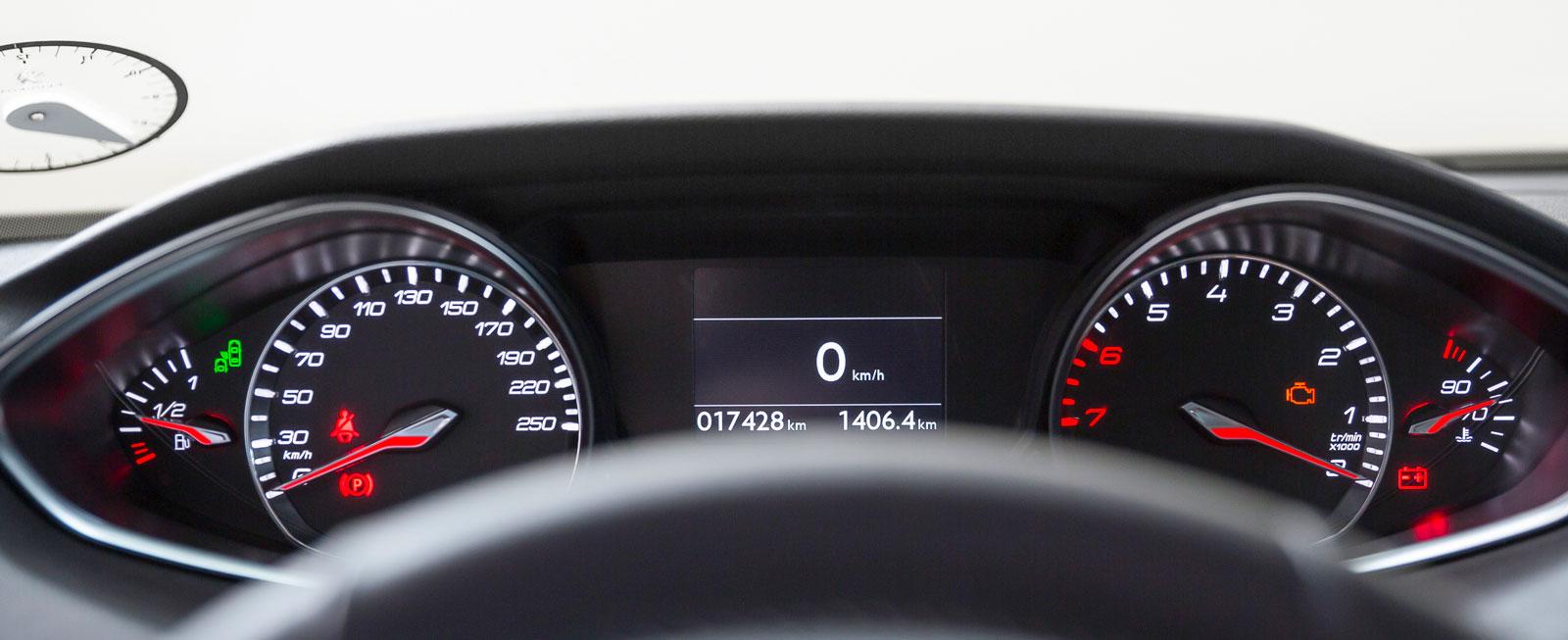 Peugeots högt placerade mätartavlor sitter skelögt långt ifrån varandra och är svåra att överblicka. Som tur är finns även en digital hastighetsmätare mitt framför förarens ögon.