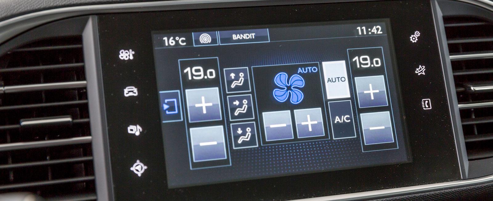 För att justera värme/ventilation måste man knappa sig in på pekskärmen. Onödigt krångligt – vanliga vred är bättre!