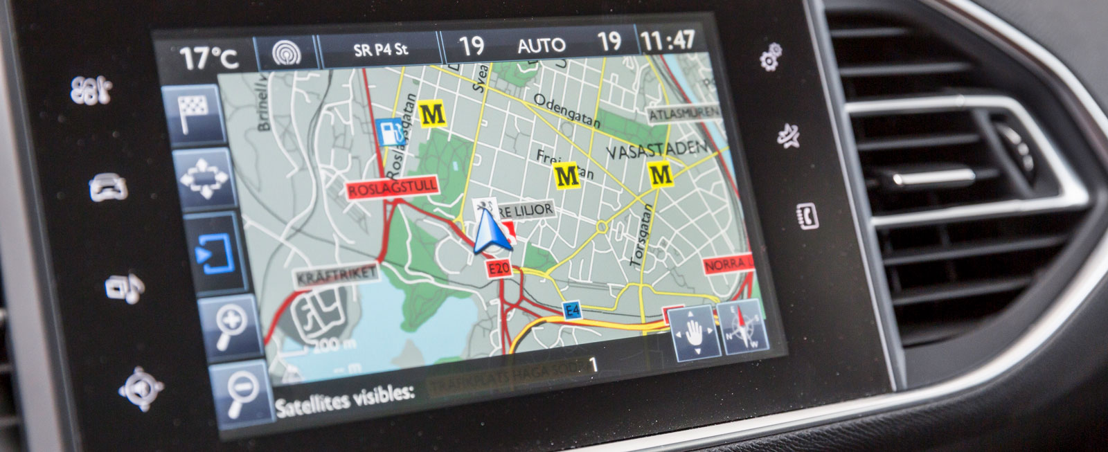 Peugeots pekskärm är lite långsam i reaktionerna och systemet börjar kännas lätt föråldrat. Telefonfunktionerna är krångliga, men bra är att navigation är standard.
