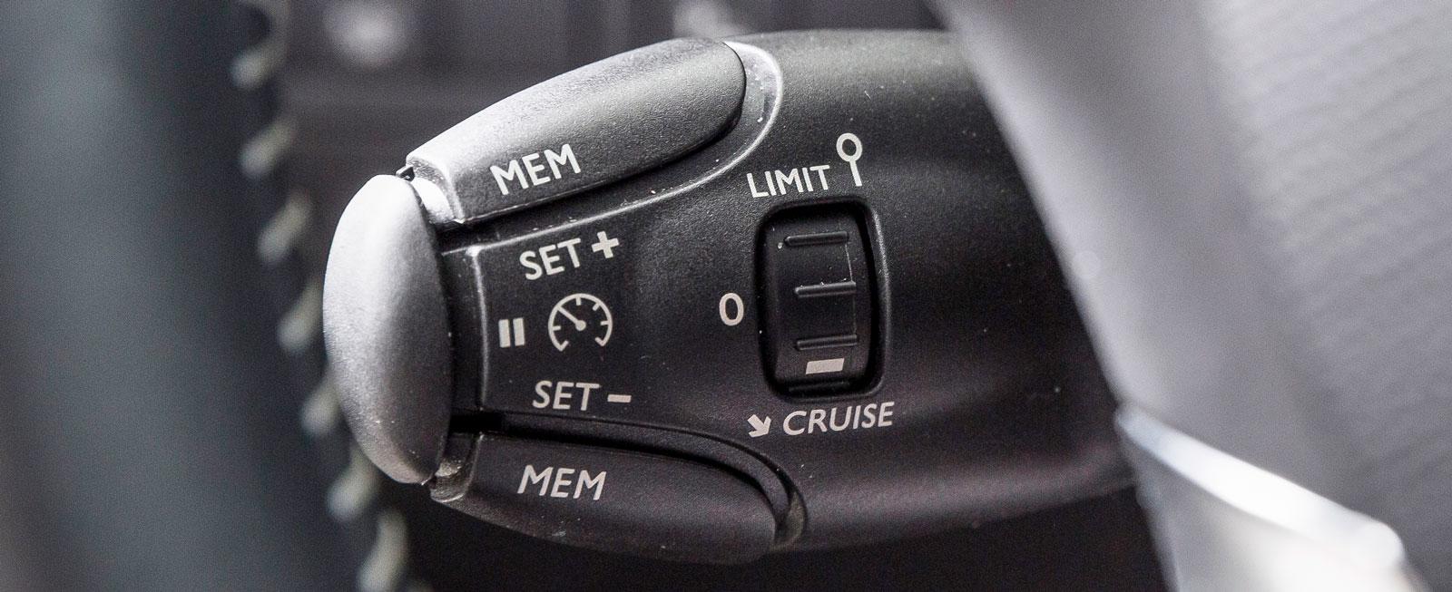 Farthållaren är smidig att använda och manövreras via ett reglage till vänster om ratten.