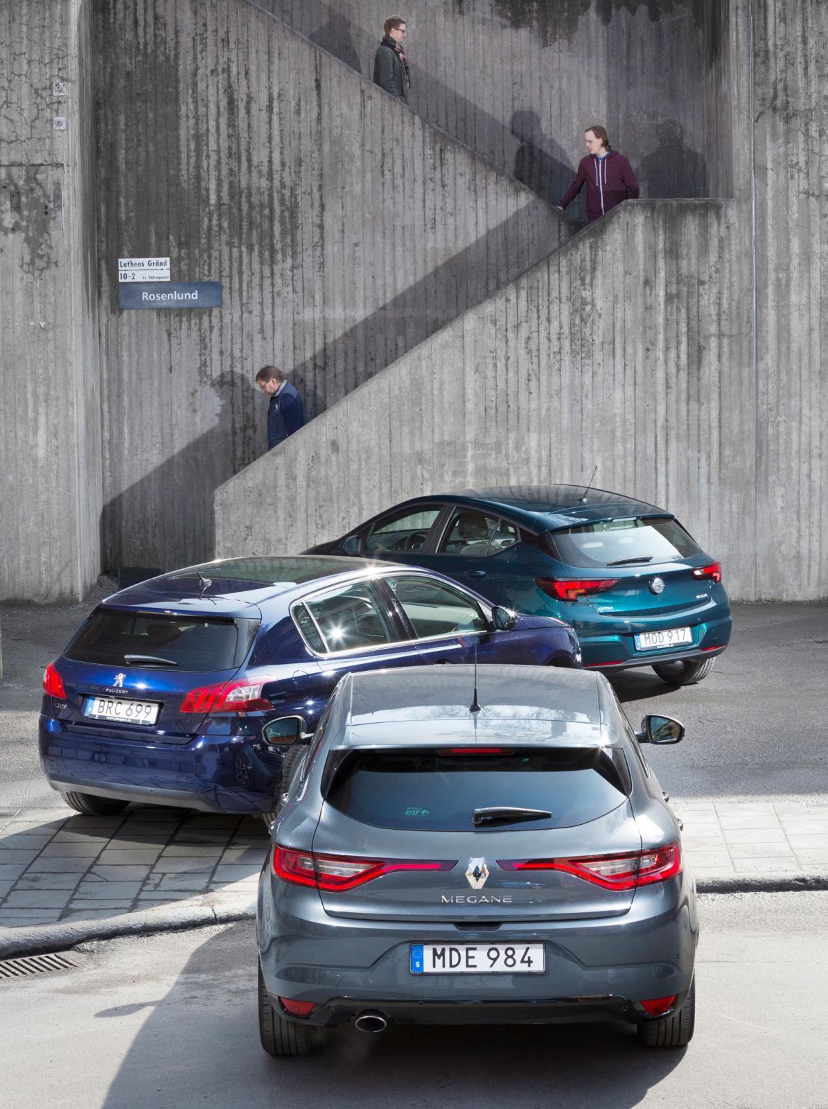 På Renault Mégane, närmast kameran, tänds även bakljusens LED-slingor när varselbelysningen är på. Så är inte fallet med Peugeot 308 och Opel Astra. Där är det bara LED-ljuset i fronten som lyser under dagtid.