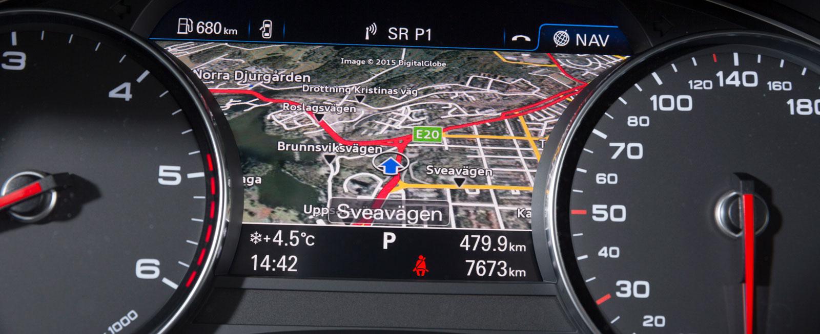 Navigationssystemets snygga karta kan visas på ytan mellan mätarna, mitt i förarens synfält. Läckert och funktionellt!