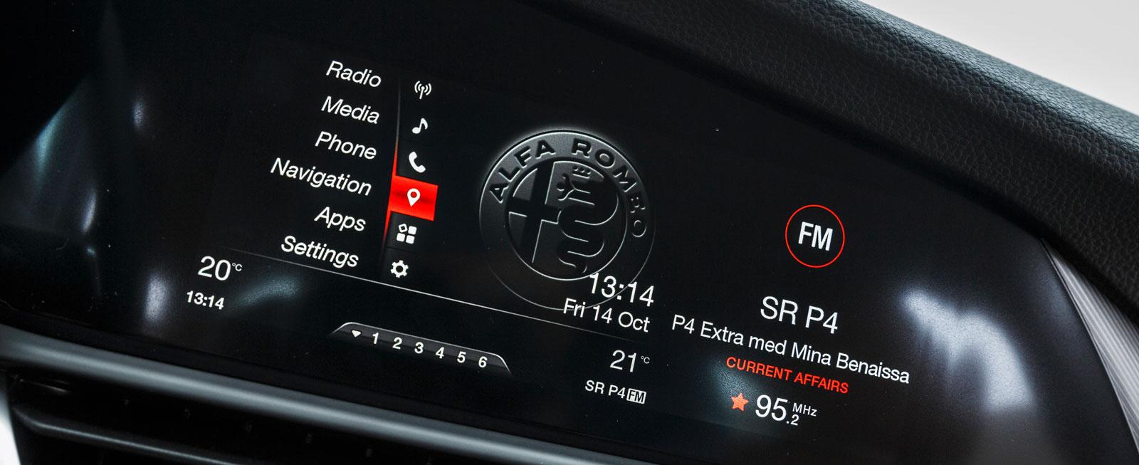 Alfa Romeos system är uppbyggt ungefär som BMW:s men skärmen är elegant integrerad i panelen. Mycket lättskött, inte lika många funktioner som i BMW dock.