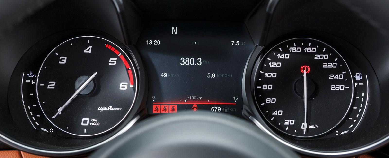 """Alfa Romeos instrumenttavlor finns på traditionellt vis djupt nere i """"strutar"""". Mellan dem en 3,5-tums TFT-skärm med tydlig visning."""
