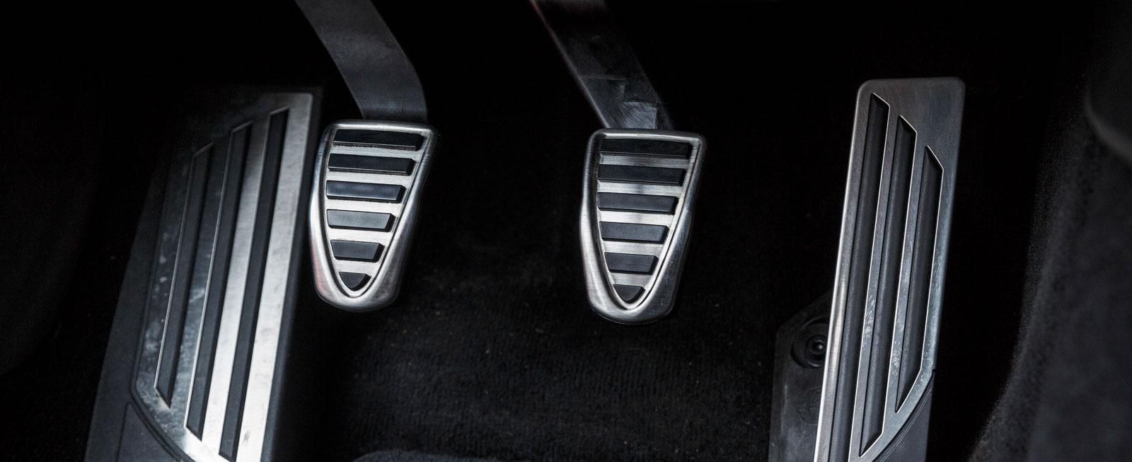Formgivning ända ned på fotnivå hör till i Alfa Romeo Giulia. Stödplattan för vänsterfoten är nästan alltför bred och kopplingens slag kunde gärna vara åtskilligt kortare.