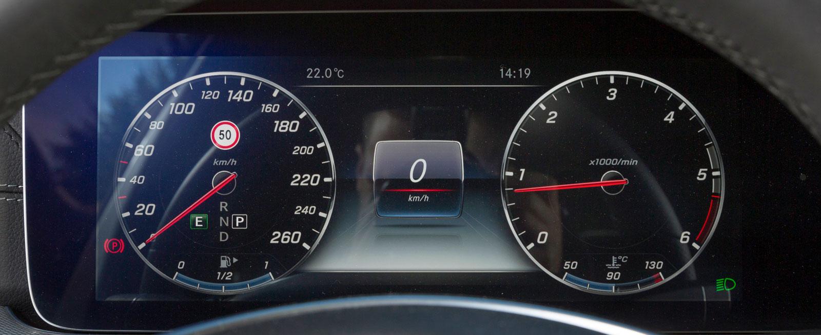 Testbilens digitala instrumentkluster (tillval) kan anpassas på en mängd olika sätt. Bilden visar ett läge med konventionell hastighetsmätare och varvräknare.
