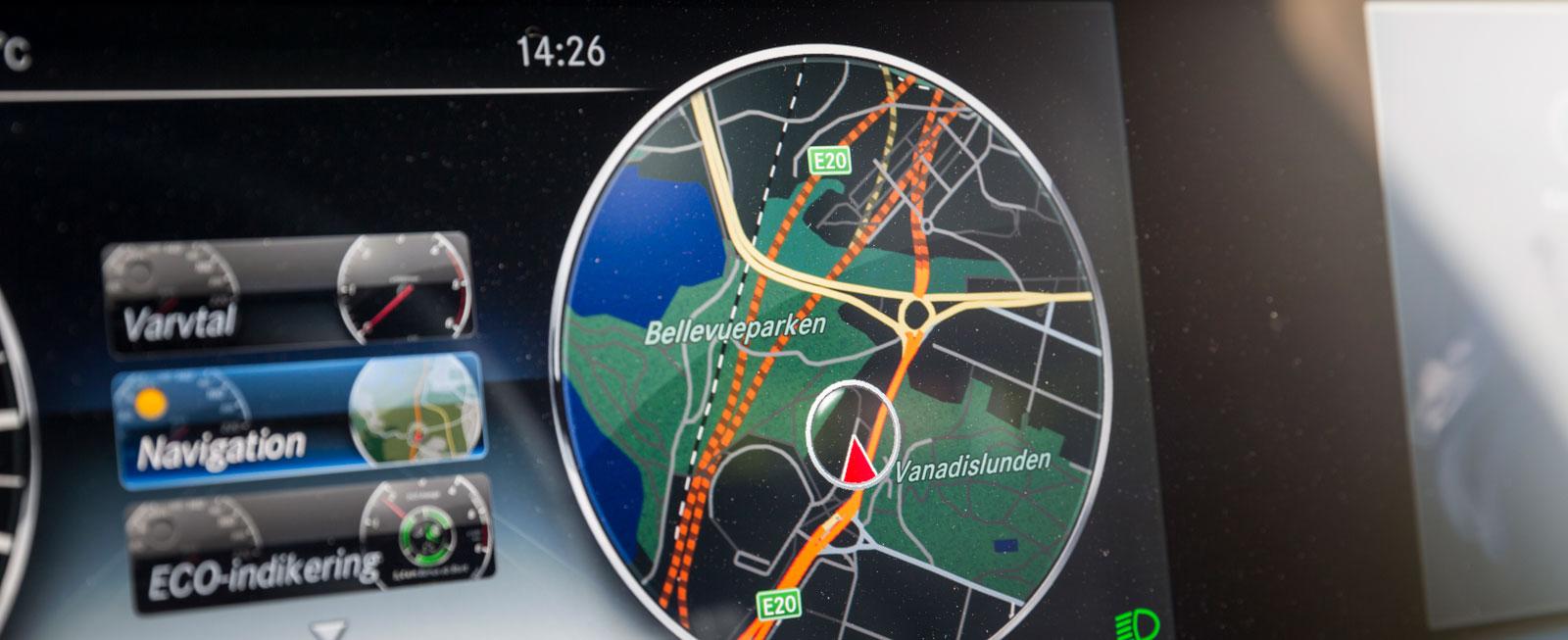 Om navigatorn aktiveras kan kartan visas där varvräknaren normalt sitter. Snitsigt, eller hur?