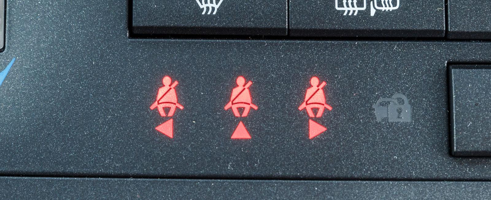 Även i Lexus är bältessituationen för dem där bak tydligt utmärkt.