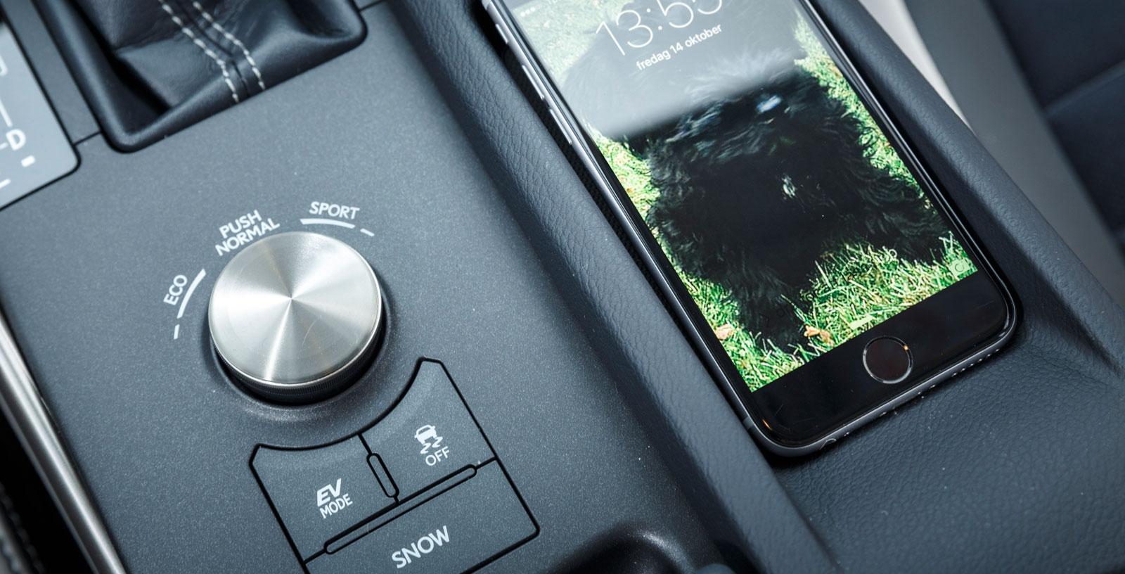 Snyggt och smidigt körlägesvred till vänster, väl utformat telefonfack till höger.