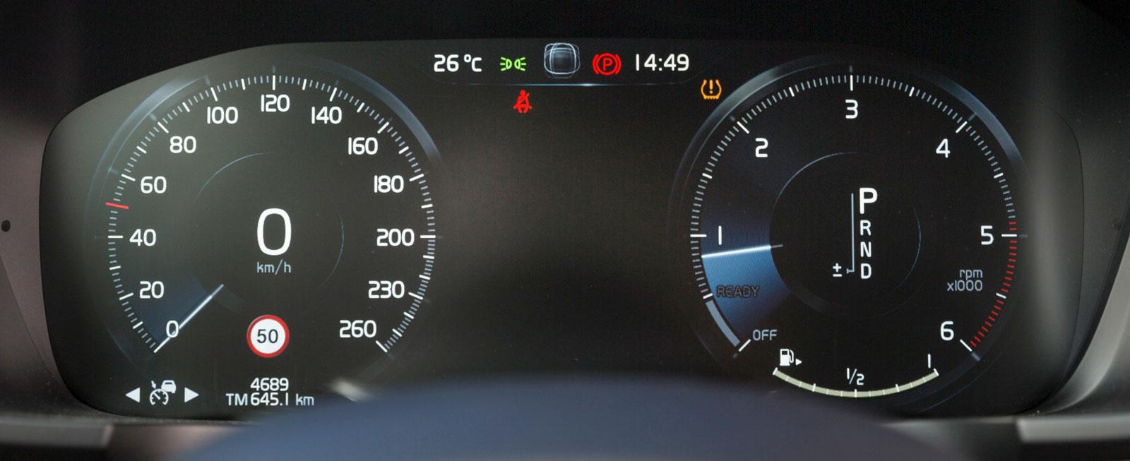 Volvo S90 Inscription har digital instrumentering som standard. En hel rad olika visningsalternativ finns, men på bilden nöjer vi oss med att visa standardläget med vanlig hastighetsmätare och varvräknare.