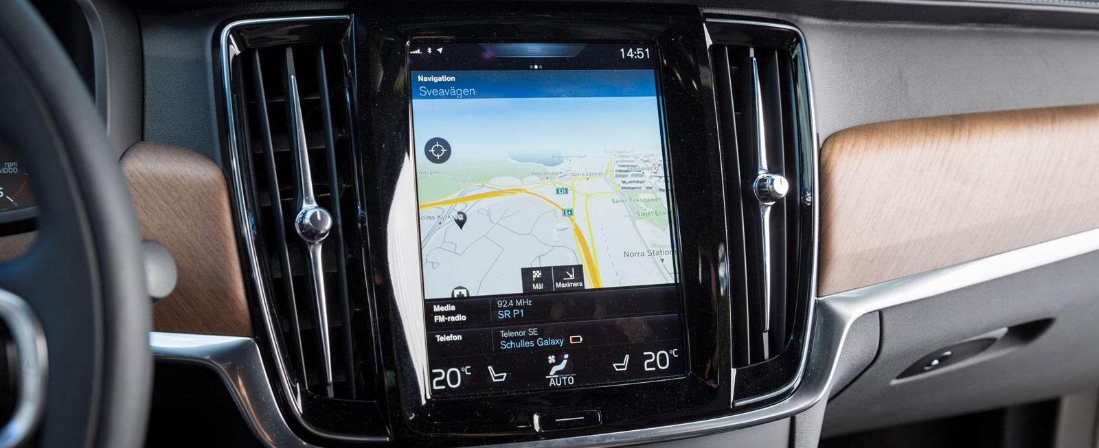 I Volvon hanteras nästan alla vitala inställningar och funktioner via den stora pekskärmen. Systemet kan mycket, men kräver viss tillvänjning för att fungera smidigt.