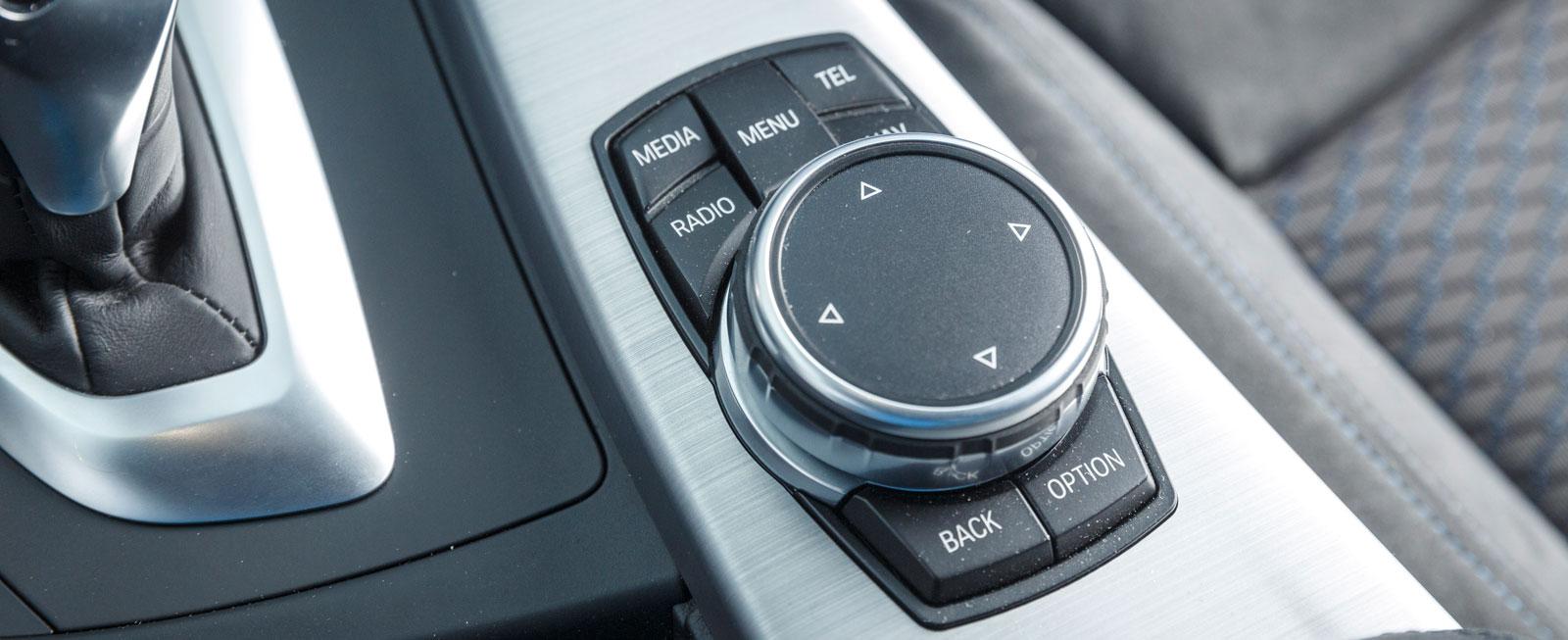 BMW:s vred för iDrive är omgivet av inte mindre än sju tryckknappar, mot två i Alfa Romeos motsvarighet. Några problem i hanteringen är det ändå inte.