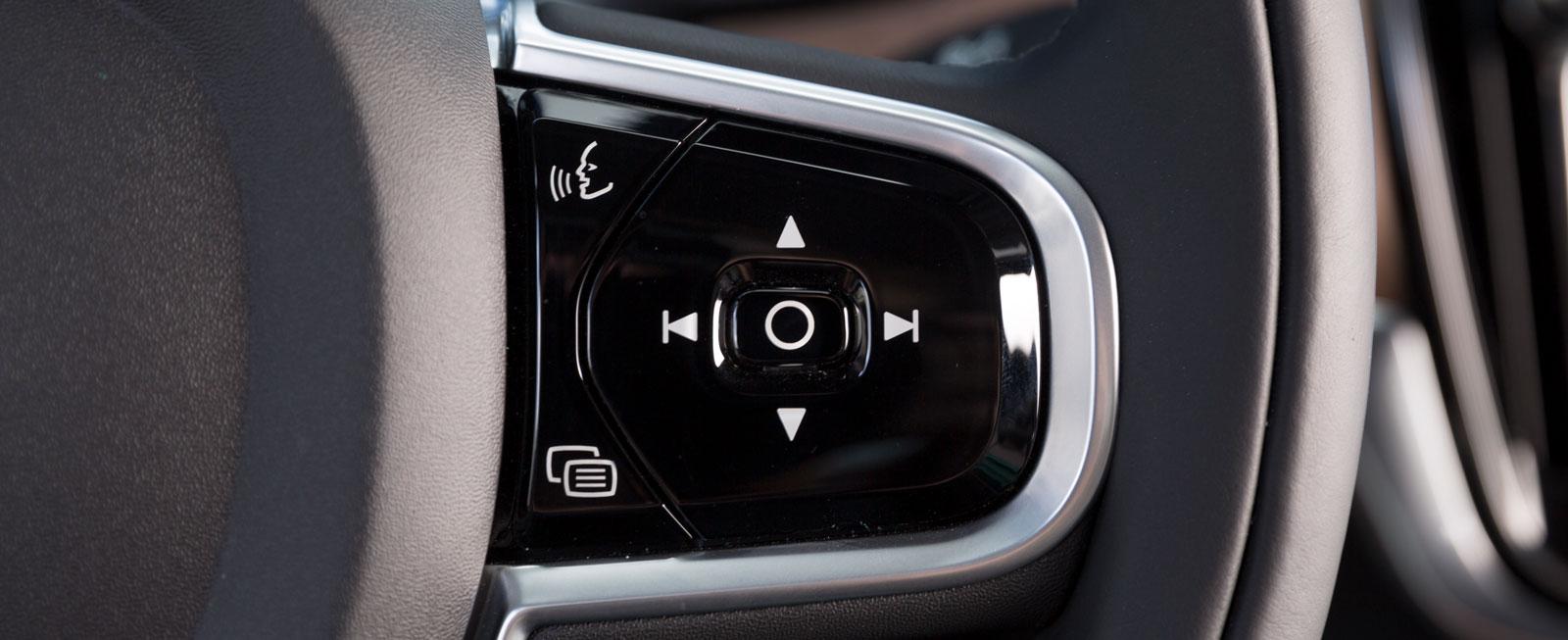 Volvos rattreglage sköts med tryckknappar. De fungerar bra, men når inte upp till Mercans användarvänlighet.