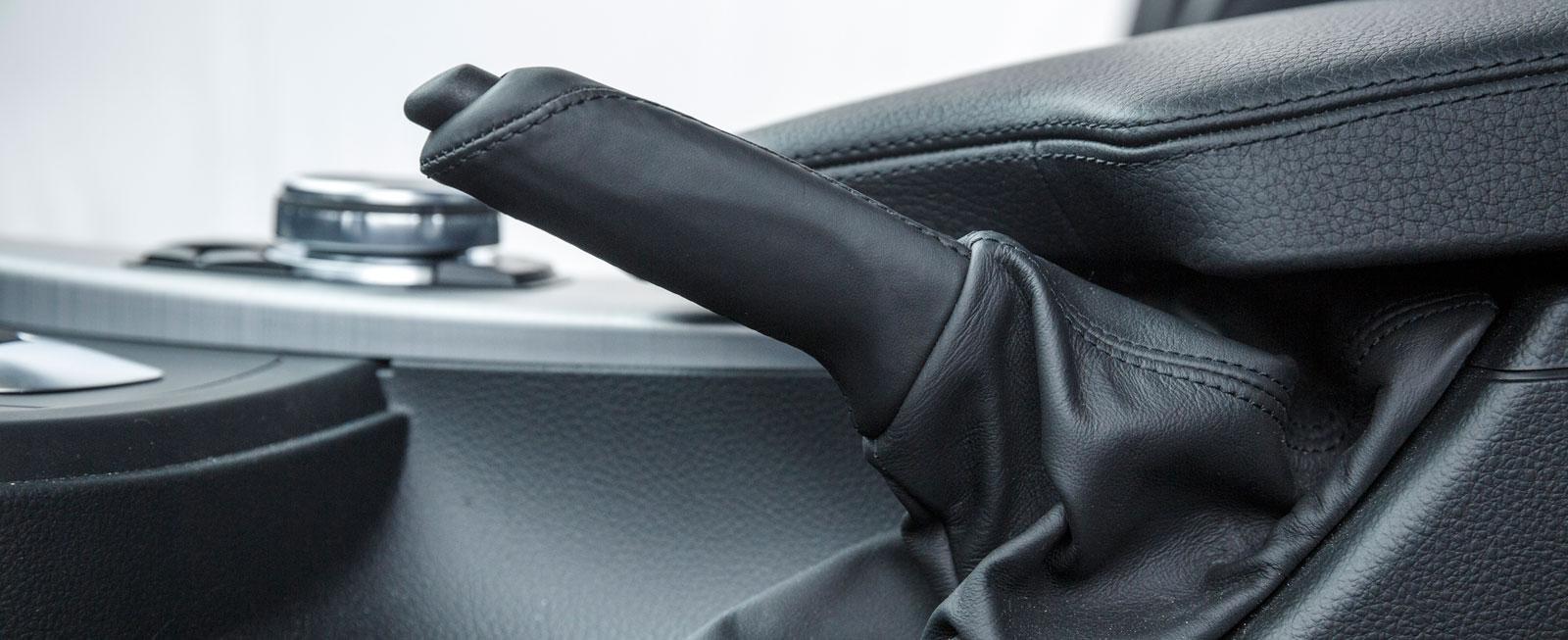 Häpp! En vanlig handbroms-krycka hör till ovanligheterna i moderna bilar men finns i 3-serien.