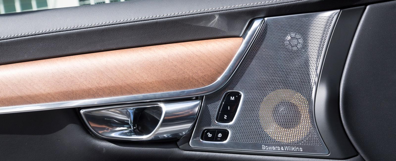 Så här eleganta blir Volvons främre dörrsidor om man väljer till värsta ljudsystemet från Bowers & Wilkins med 19 högtalare och 1400 W. Pris: 30900 kr.