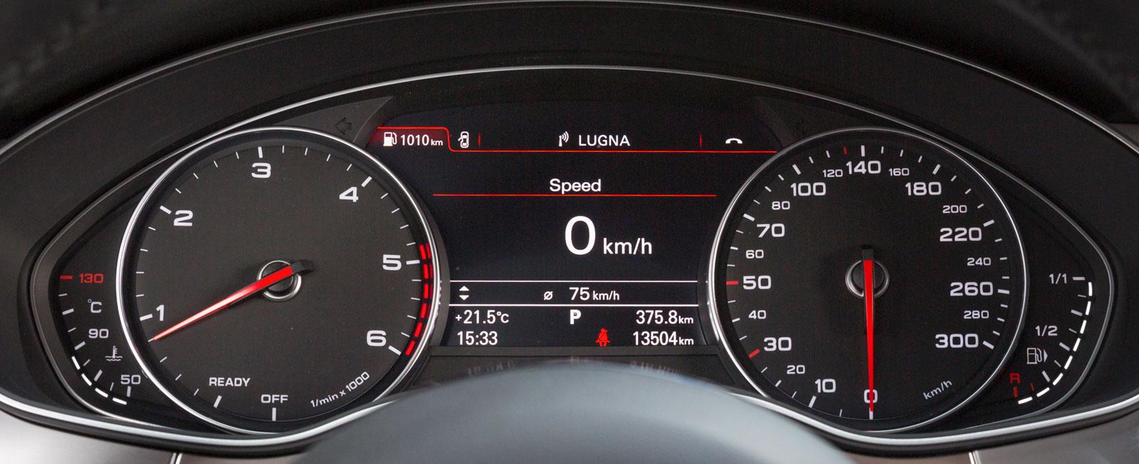Audis analoga instrument är både tjusiga att titta på och tydliga att läsa av. Mellan mätartavlorna finns displayen för medieanläggningen. En bra finess är att i stort sett alla infotainmentfunktioner kan styras från ratten.