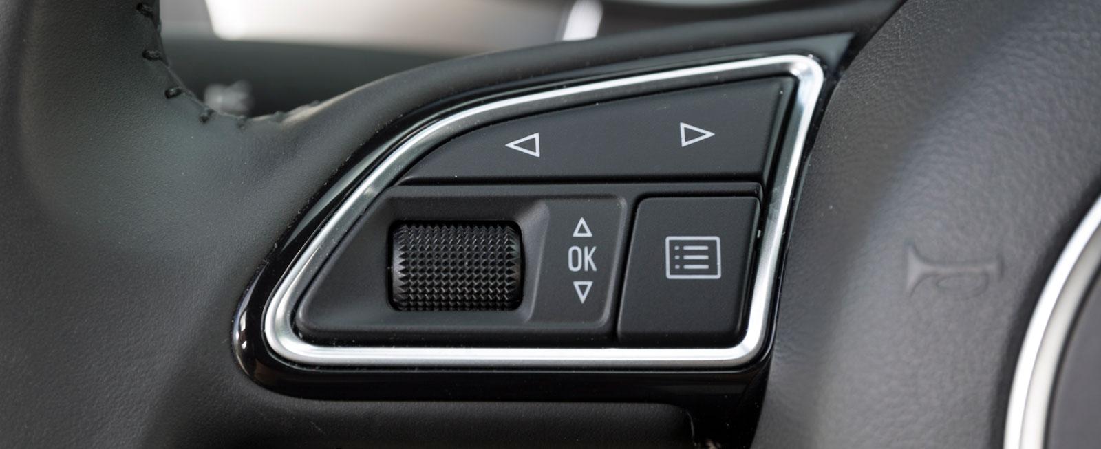 Audis rattreglage manövreras med knappar och rullar. Enkelt och lätthanterligt.
