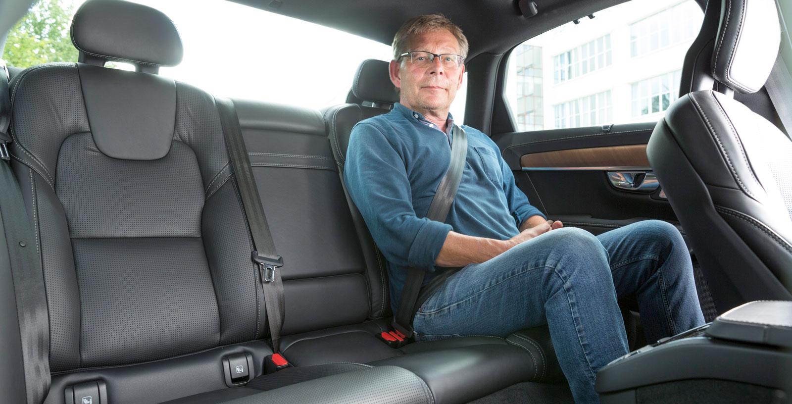 Sittdynan är ganska låg i S90, men baksätet är ändå bekvämt och benutrymmet är bäst i test. Även i övrigt erbjuder Volvon en luftig och generös miljö för baksätes- åkarna. Mugghållare och förvaringsfack finns i mittarmstödet. Sätesvärme, integrerade bälteskuddar och 230 V-uttag är tillval.