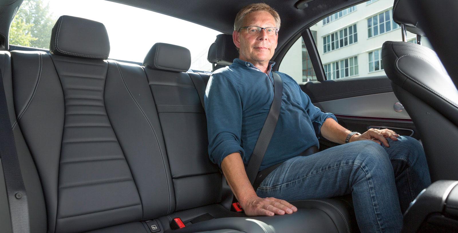 Mercedes baksäte har den totalt sett bästa sittkomforten, men det är ganska trångt för fötterna under framstolarna. I övrigt räcker utrymmena gott och väl till för vuxna. I mittarmstödet finns mugghållare och förvaringsfack och som tillval finns bland annat sätesvärme och iPad-hållare.