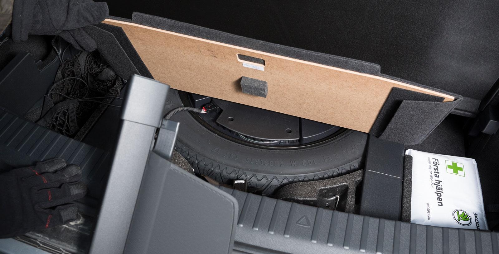Nödreservhjul under golvet kostar 900 kronor extra för sjusitsig bil. I facket ovanför kan insynsskyddet för bagageutrymmet placeras.