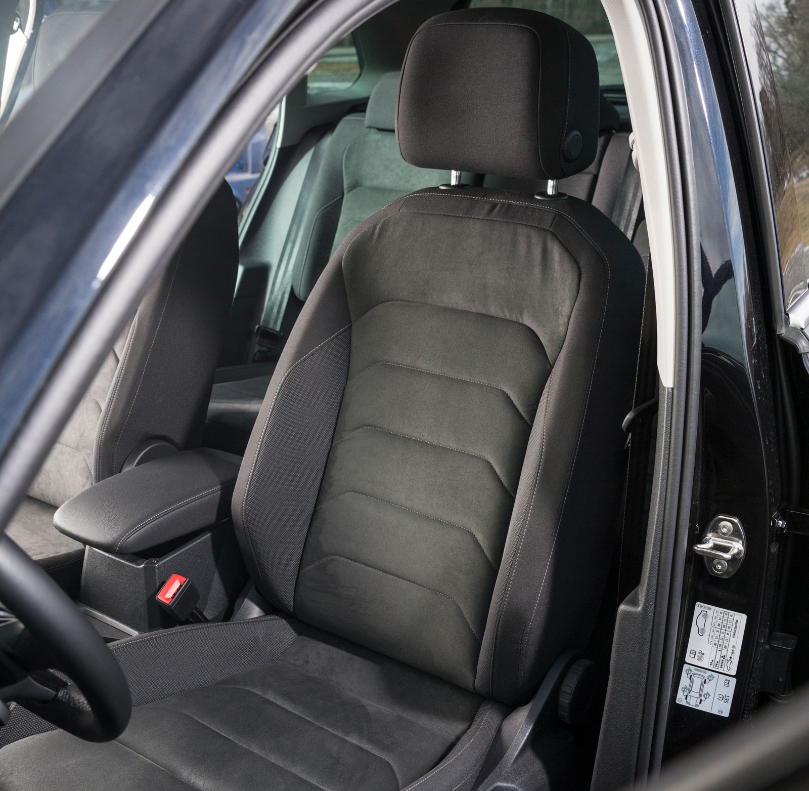 Testbilen hade en ganska platt stol med skönt, strävt tyg och massagefunktion – men inte eljustering. Udda kombination.