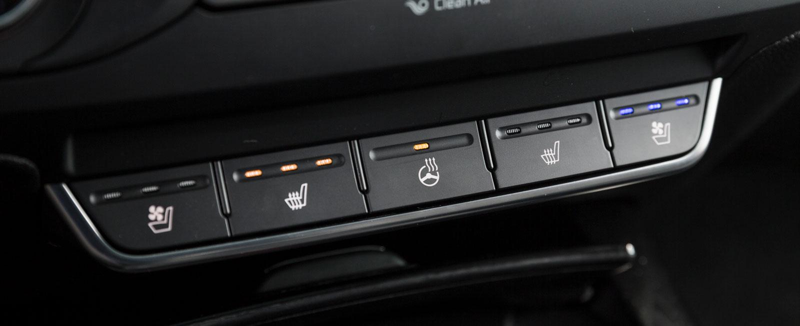Rattvärme ingår i alla tre testbilarna. Kias sköts med en enkel knapp på panelen, där också elvärmen och -kylan i stolarna hanteras.
