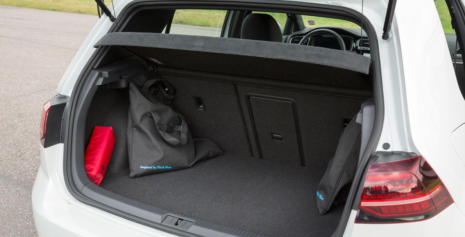 Bagaget är intakt jämfört med en vanlig Golf, fast GTE saknar dubbelt lastgolv. Därmed minskar lastvolymen från 380 liter till 272. De två standardsladdarna tar också upp plats. Deras har prydliga påsar passar dock perfekt i bagagets lastkrokar.