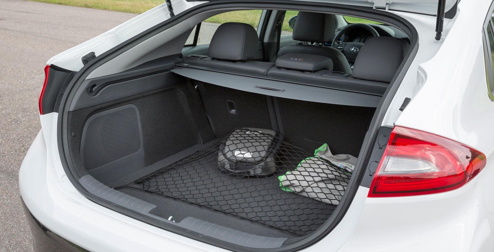 Störst bagagevolym i trion med 341 lastliter, men en bit efter vanliga hybriden som sväljer 443 liter. Under golvet göms ett stort fack där smutsiga laddsladdar smidigt kan stuvas undan. Hög lasttröskel är ett minus.