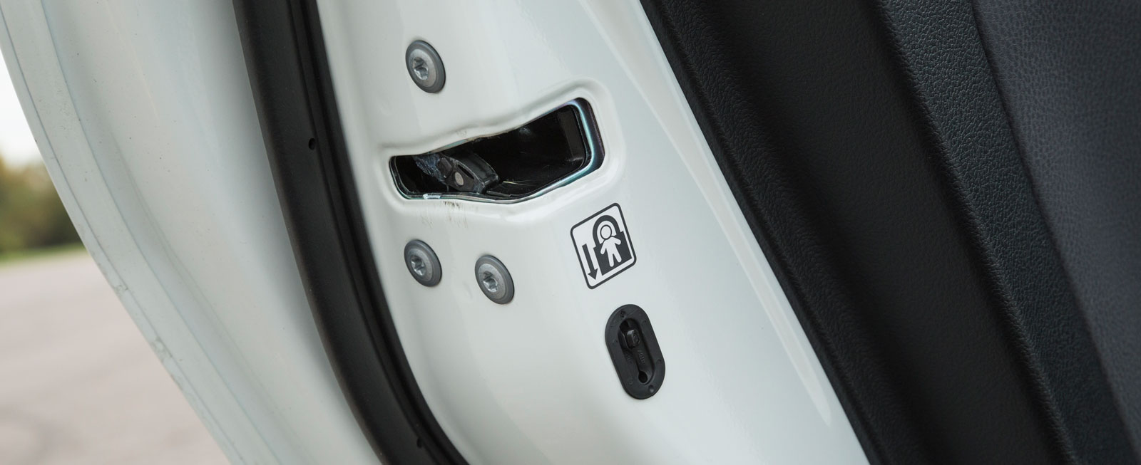 Ingen har elektriska barnlås, bara mekaniska. Här Hyundais bakdörr.