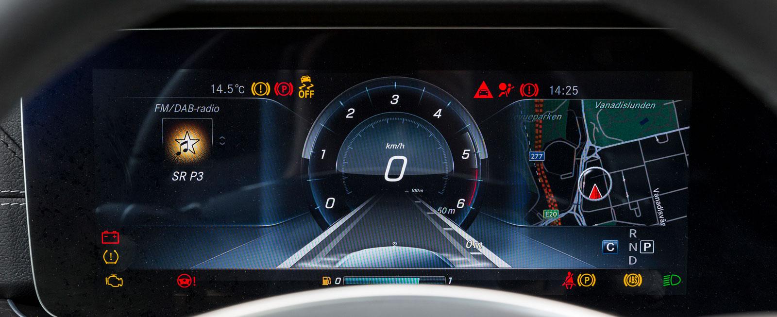 Mercedes instrumentkluster är testets mest spektakulära. En stor mängd olika konfigurationer finns tillgängliga för föraren (om han/hon väljer till värsta infotainmentsystemet Comand Online).