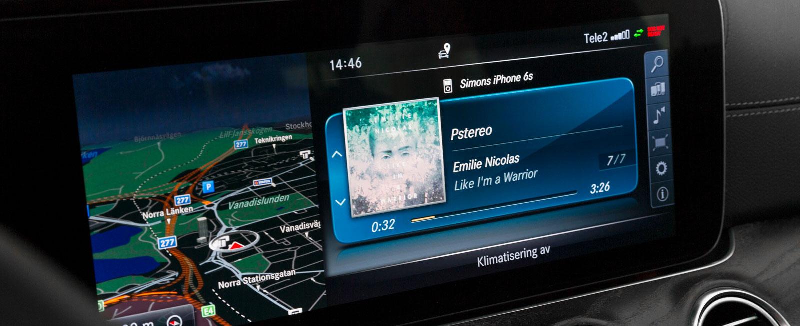 Mercedes har testets största medieskärm(ar). Systemet är både innehållsrikt och smidigt att sköta, antingen via mittkonsolens reglage eller rattens touch-knappar.