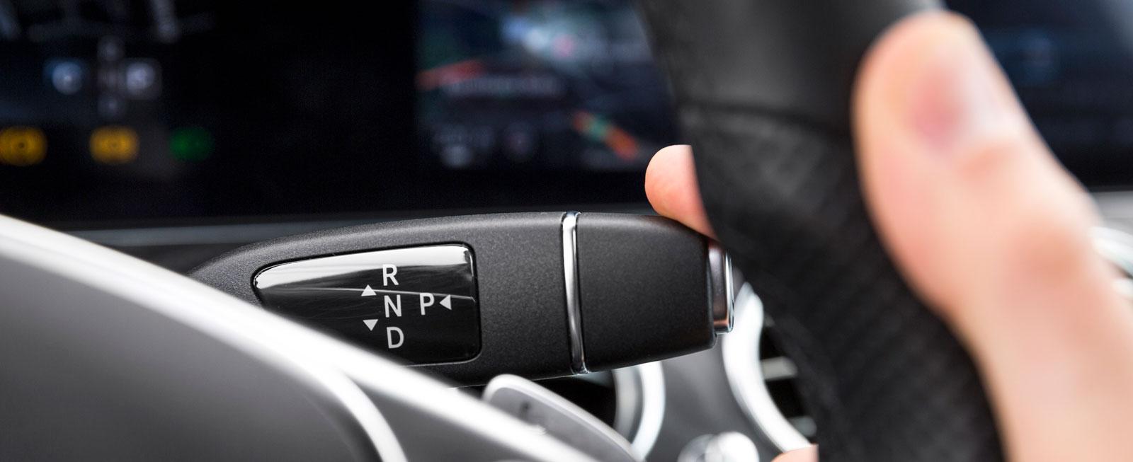 Växelväljaren till den niostegade automatlådan är smart placerad till höger på rattstången.