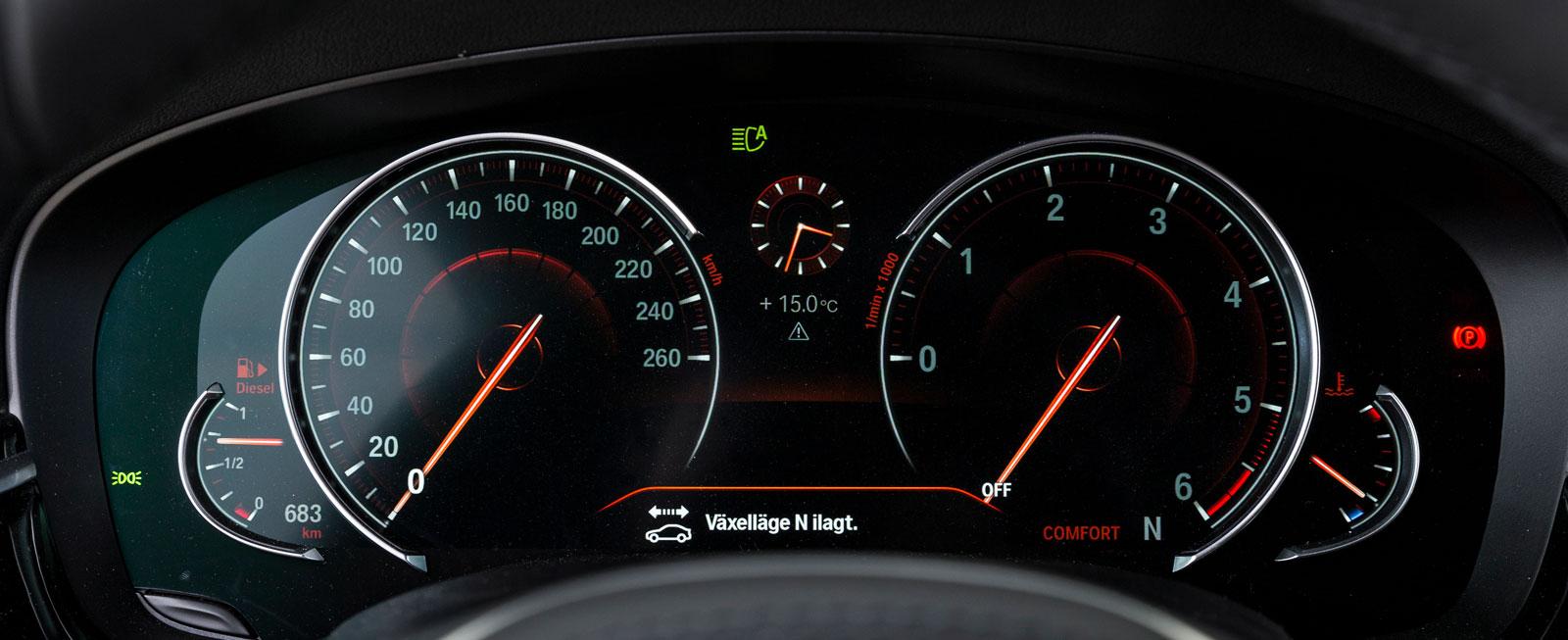 Testbilens digitala instrument kan varieras på en mängd olika sätt. På bilden har vi valt ett alternativ med klassisk hastighetsmätare/varvräknare och en liten analog klocka däremellan.