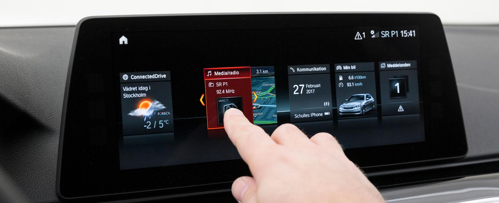 BMW:s mediesystem är testets mest kompletta. Det kan dessutom styras på en rad olika sätt. Från ratten, med fingergester (!) och  via pekskärmen eller iDrive-vredet