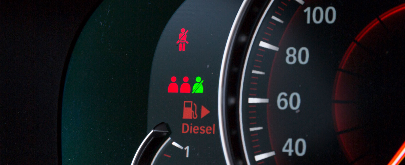 Bakre bältespåminnarna i BMW är små, men hyfsat tydliga.