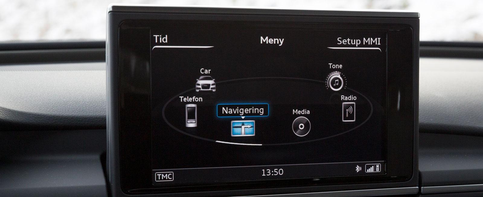 Audi har ett lättmanövrerat infotainment via sitt MMI-vred och snabbknappar, dock aningen skymda. Mot tillägg skrivplatta/snabbval för radiostationer.