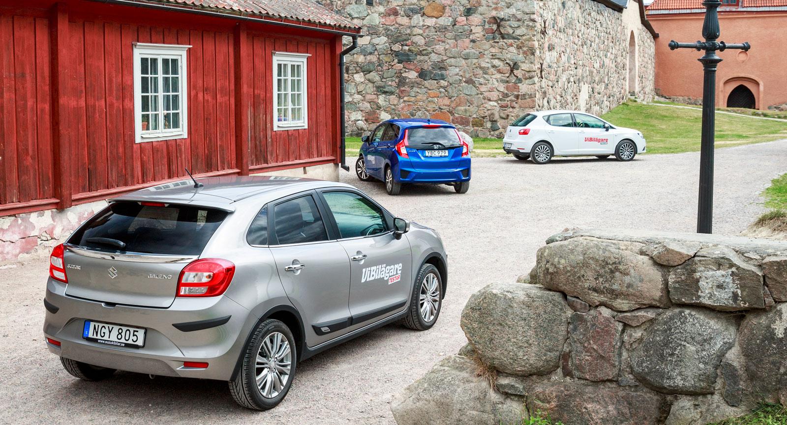På gästabud vid Nyköpingshus med anor från 1100-talet.  Ibiza är från 2008 – äldst av testbilarna. Baleno är helt ny medan Jazz är en fjolårsnyhet.