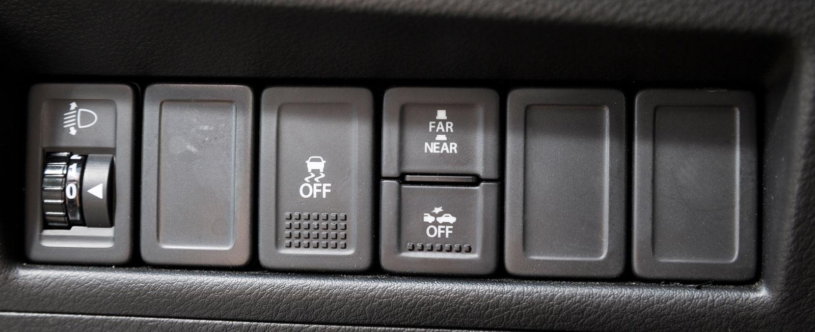 Tyvärr är autobroms och kollisionsvarning tillval. Känsligheten är ställbar i två lägen. Det behövs, då Baleno varnar högt och ljudligt även när man rullar sakta mot kösluten vid rödljus.