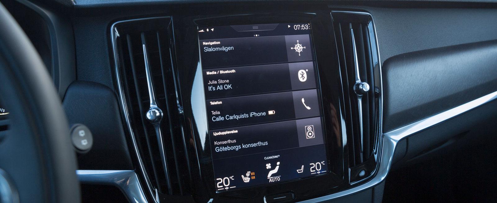Volvos display  känns bekant att hantera. Åsikterna går isär, men man lär sig snart hur den ska hanteras. Kanske fler snabbsymboler nedtill kunde underlätta?