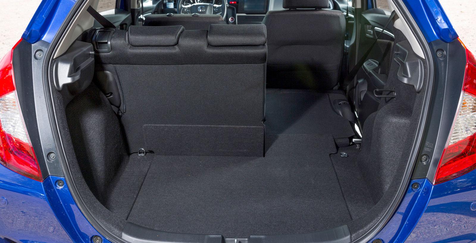 Ovanligt låg tröskel med ett bagagegolv nära backen. Baksätets sittdyna åker automatiskt ned vid fällning av ryggstödet. Det skapar ett platt golv med massor av lastutrymme.