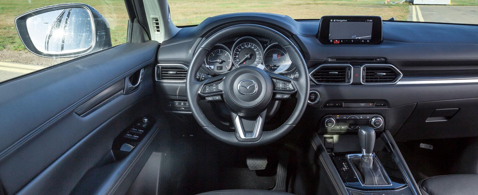 Också i CX-5 jobbar Mazda med det man kallar förarorienterad placering av knappar och instrument, därav den högt monterade displayen.