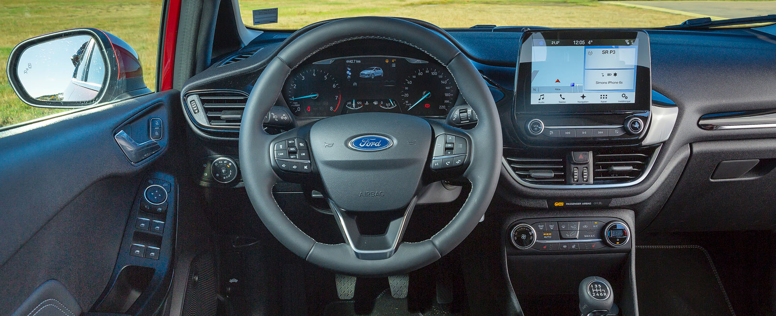 Ford har rensat hårt bland knapparna i förarmiljön, hälften är borta jämfört med gamla Fiesta. Samtidigt har detaljfinish och materialval vässats rejält.