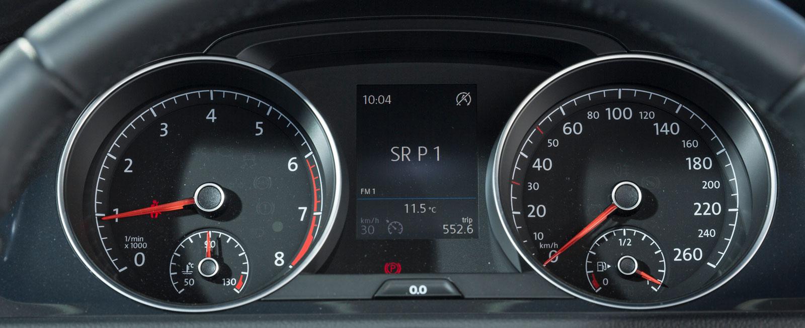 VW:s mätartavlor sitter djupt försänkta och kan även de upplevas som aningen dunkla i dagsljus. Färddatorn mellan rundlarna är mycket lättskött och informativ. Bäst i test!